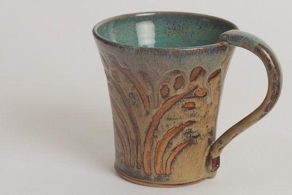 Listo para enviar! Esta taza de gres es de mi diseño de pradera cosecha. Hierbas de oro mecen elegantemente rodeado por el fondo marrón chocolate. Un toque de azul gotea hacia abajo los bordes de esta taza de cerámica y casi hace que se vea como si llueve. Verdes de jade hermoso gracia el interior de esta taza de cerámica impresionante. Cada taza de café de cerámica es de aproximadamente 4 pulgadas de alto por 4 pulgadas de ancho (5,5 pulgadas con mango). Tiene aproximadamente 14 onzas…