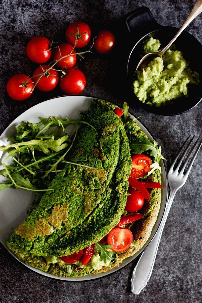 Szpinakowy wegański omlet z ciecierzycy do złudzenia przypomina ten klasyczny, jajeczny. Idealny na śniadanie, pożywny, sycący, pełny zdrowych składników. Omlet z ciecierzycy z pastą z awokado, rukolą, pomidorkami koktajlowymi i papryką to samo zdrowie na talerzu. Polecam!