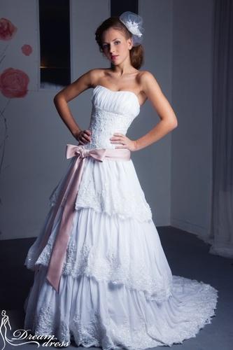 ASPEN  Описание:  Свадебное платье имеет силуэт «Принцесса» и выполнено из легкого атласа и шифона. Верх платья представляет собой облегающий корсет на шнуровке, украшенный кружевом, бусинками, стеклярусом и поетками. Свободная трехъярусная юбка со шлейфом декорирована кружевом и украшена аналогично корсету. Гармонично дополняет эту модель атласный бант на уровне талии, который делает ее элегантной. http://www.dream-dress.ru