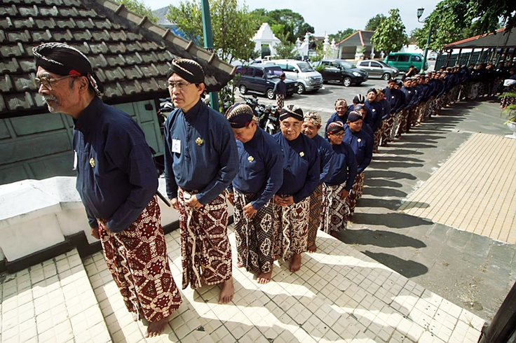 Hundreds of servants, known as abdi dalem, queue to enter the sultan's palace in Yogyakarta on Aug. 28, where many were granted new titles and ranks by Sultan Hamengkubuwono X. (JG Photo/Boy T. Harjanto).