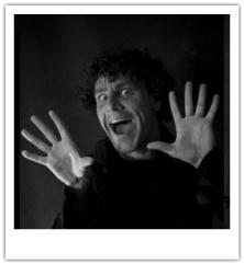 Max Douw studeerde in 2007 af aan de Amsterdamse Toneelschool & Kleinkunstacademie. Sindsdien ontwikkelde hij zich als een artistieke duizendpoot. Hij zingt, schrijft, componeert, acteert en regisseert. Regelmatig kruipt hij in de huid van de wereldberoemde eend Alfred Jodocus Kwak. Hij speelt zijn solovoorstelling in Nederland, Vlaanderen en Duitsland.   Max Douw zorgt de hele dag voor een muzikale omlijsting door middel van liedjes en improvisaties!