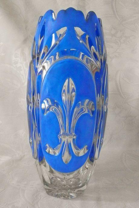 Vase en cristal teinté bleu, fleur de Lys taillées dans le ...