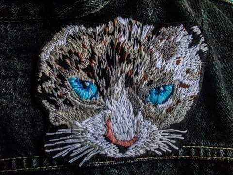 Gato de ojos azules  #bordado #embroidery #realista #realism #cat #animal #bordadoamano #textileart #handembroidery #handmade #hechoamano #embroiderydesign #embroideryart #design #art #artesania #fashion #fashiondesign #lobordass FOLLOW US Facebook→Almudena Ruipérez