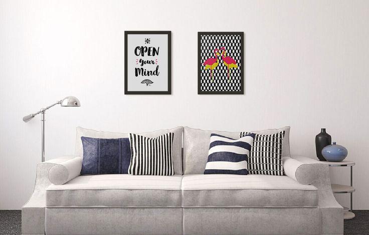 Sofá branco e quadrinhos geométricos.