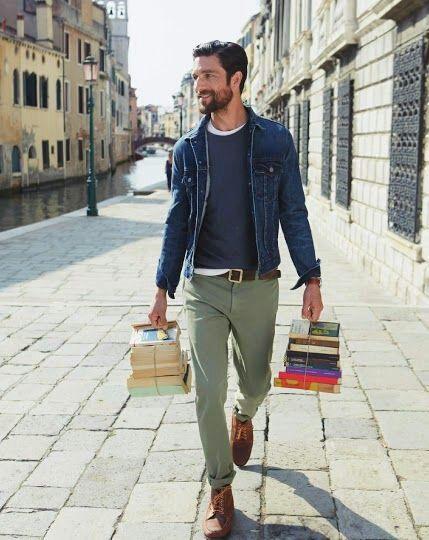 Den Look kaufen: https://lookastic.de/herrenmode/wie-kombinieren/jeansjacke-pullover-mit-rundhalsausschnitt-t-shirt-mit-rundhalsausschnitt/398 — Blaue Jeansjacke — Graue Chinohose — Braune Lederarbeitsstiefel — Dunkelblauer Pullover mit Rundhalsausschnitt — Weißes T-Shirt mit Rundhalsausschnitt