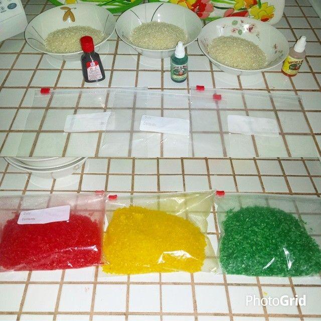 Juego Sensorial para tu bebe: Necesitarás: 1. arroz 2. bolsas ziploc 3. food color Pones arroz en cada una de las ziplocs, le echas varias gotas de food color, las cierras, lo meneas hasta que se pinte completo (puedes echarle mas gotas segun sea necesario) y luego los pones a secar 1 o 2 horas en un recipiente con papel.