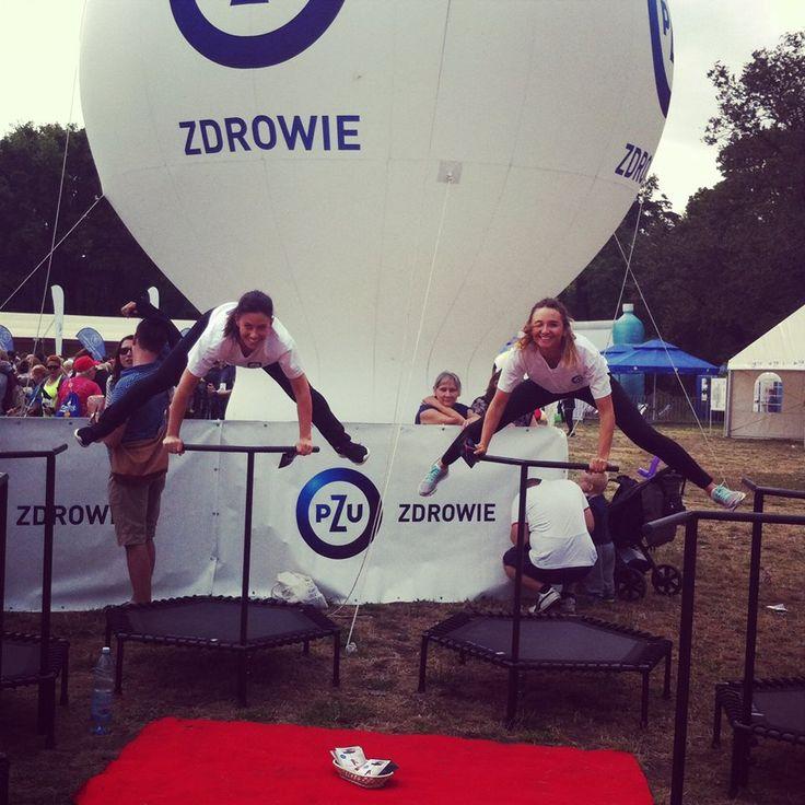 Właśnie tak ćwiczymy! Z uśmiechem na twarzy, z przepełniającym nas szczęściem!   Tutaj na evencie PZU :)  #trampolines #trampoline #trampoliny #sport #workout #body #ciało #women #kobieta #happy #smile #event #health #zdrowie