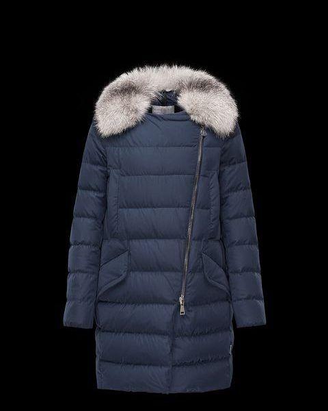 Moncler METRODORA Donker blau Lang donsjack. Gewatteerde lange jas met afneembare Vos bont kraag en asymmetrische zip. Waterafstotende