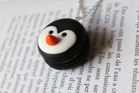 Collier fantaisie gourmand macaron noir motif pingouin en Fimo