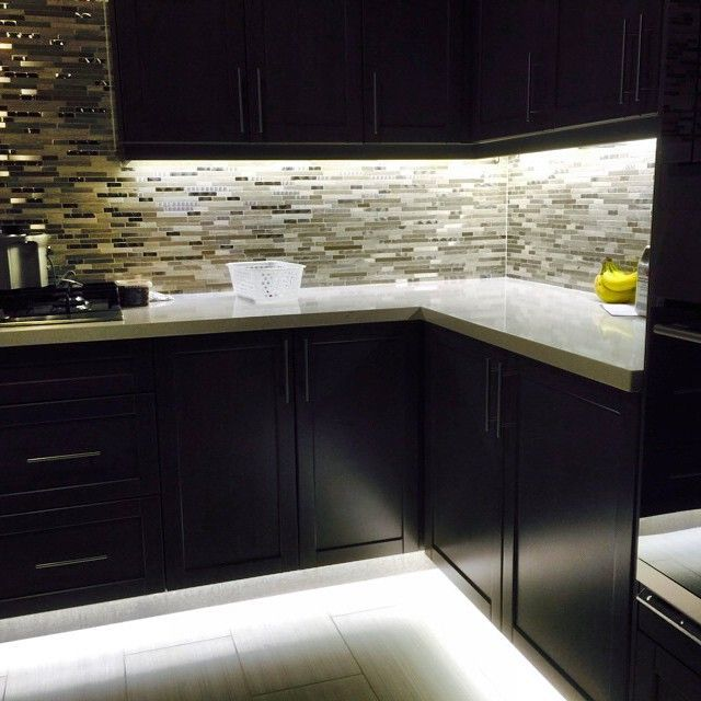 Under Cabinet And Footwell Led Strip Lighting Also Hidden Counter Top Receptacles Avec Images Eclairage Cuisine Cuisines Design Eclairage Du Salon