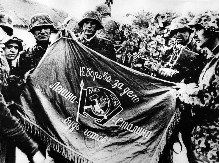 https://flic.kr/p/dYKzec | 1941, Union Soviétique, Des Waffen-SS posent avec un étendard pris à l'ennemi