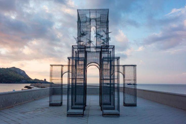 Le gabbie-scultura di Tresoldi, giganti trasparenti e luminosi