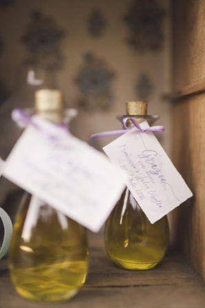 olive oil wedding favors | photography: marcella cistola http://weddingwonderland.it/2016/05/matrimonio-al-profumo-di-glicine.html