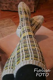 Sköna, varma, långa sockor...  Här kommer några bilder på mina sockor som blev klara för någon dag sedan. Fick tips om mönstret av en ...