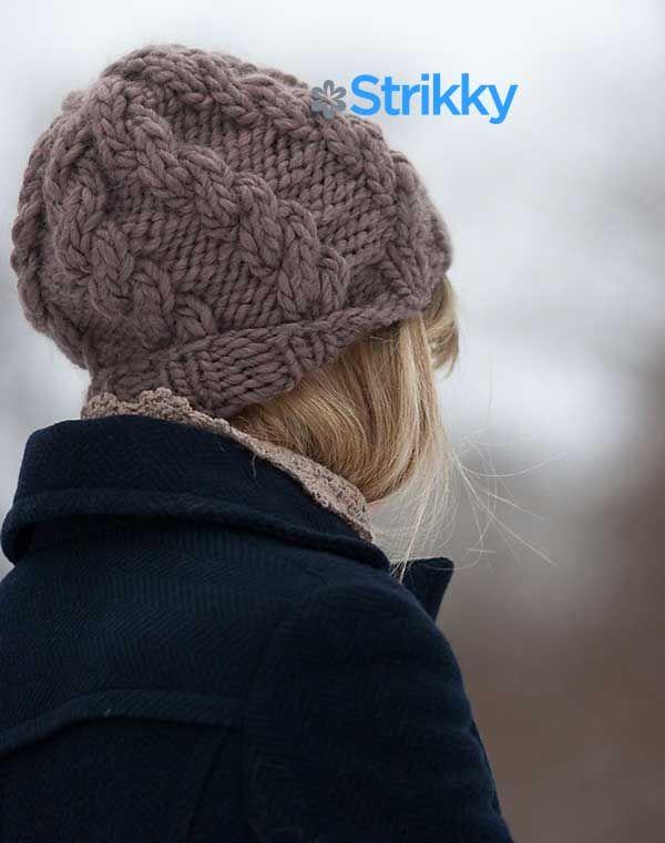 В этом сезоне очень модны объёмные рельефные узоры на вязаных шапочках. Также модной тенденцией являются шапки, облегающие голову, тёплые, закрывающие уши и позволяющие спрятать волосы внутрь. Не все девушки соглашаются убирать волосы под шапку, а вот то, что она тёплая и стильная, устраивает всех. Поэтому рекомендуем вам связать такую теплую объемную шапочку с косами от дизайнера Eveli Kaur спицами.