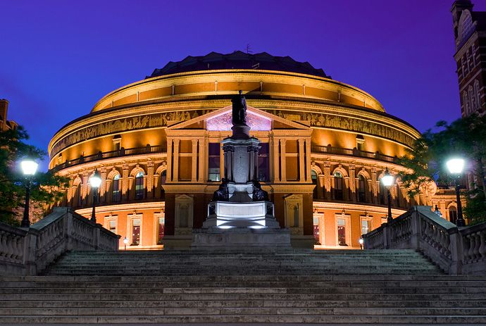 Лондонский королевский зал искусств и наук имени Альберта, в народе просто Альберт-Холл (Royal Albert Hall of Arts and Sciences) считается наиболее престижным концертным залом Великобритании. Он построен в память о принце-консоре Альберте, супруге Королевы Виктории.  Источник: http://www.buro247.ru/culture/collections/739.html
