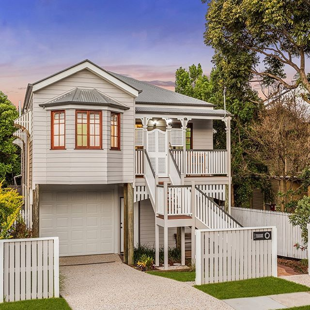 Beautiful Queenslander. Love the lattice doors at the top of the stairs. (@domain.com.au @bellepropertyau #queenslanderhomes @davidlazarusbelleproperty )