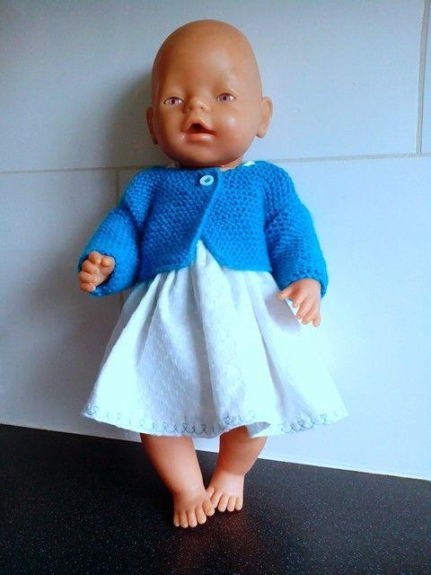 Een wit zomerjurkje met turkoois bolerootje en broekje. Zelfgemaakte poppenkleding voor poppen van ca. 43cm zoals de babyborn. Voor meer zelfgemaakte poppenkleding kan je een kijkje nemen op mijn fbpagina: Helma's Poppenkleding
