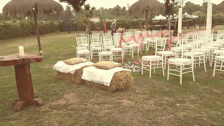 Altar rosa,,, fardos para sentar a los novios.