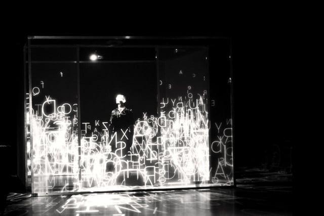 Présentation de l'exposition XYZT, Les paysages abstraits.  Horizontalité X Verticalité Y Profondeur Z Temps T Quatre lettres pour décrire le mouvement d'un point dans l'espace, et pour déployer un territoire imaginaire. Paradoxes mathématiques, illusions typographiques, métaphores en mouve- ment dessinent les paysages de cette exposition. Arpenter un espace numérique luxuriant, toucher du doigt des algorithmes, éprouver la matière de la lumière y sont autant de territoires imag...