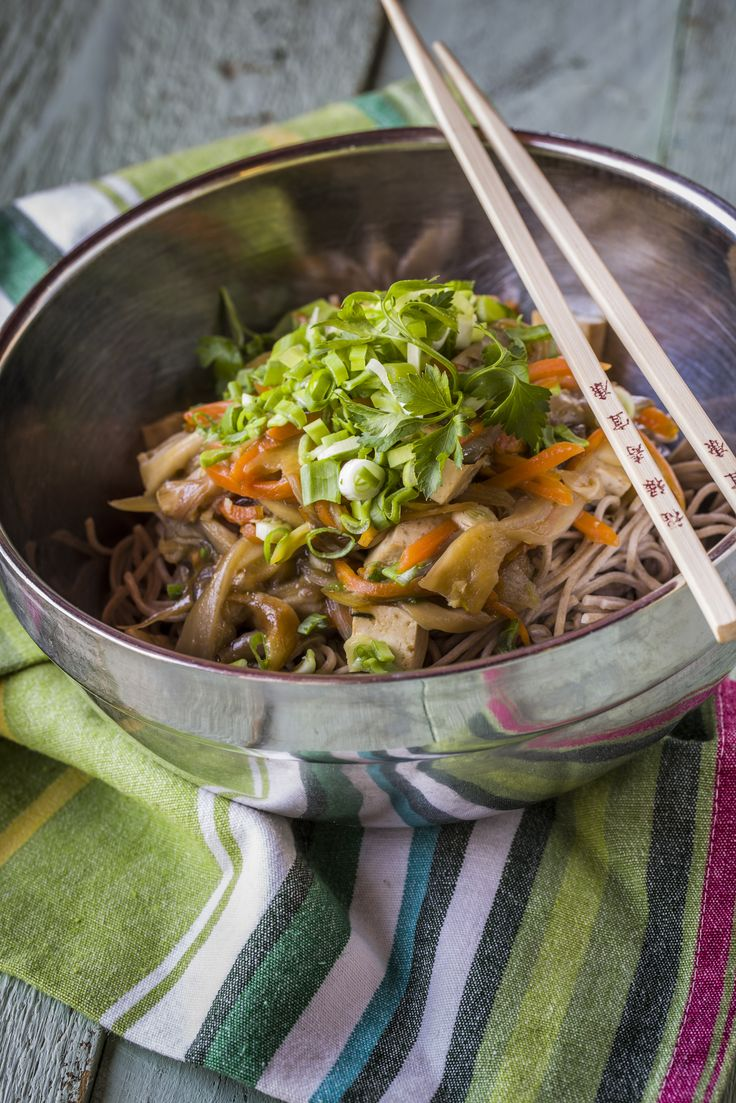 Teriyaki tofu - soba tésztával | Ezen ételünkkel Japánba kalauzolunk téged. A tofu, a soba és a teriyaki szósz mind e kultúra sajátja, az egészséges táplálkozás nagykövetei. A teriyaki szószt sokan egyenesen mennyeinek tartják, amely akár házilag is elkészíthető. Ez a hagyományos japán szósz az alábbi összetevőkből áll: szójaszósz, mirin (azaz édes rizsbor) és barnacukor. Mivel a mirin viszonylag kevés háztartásban fontos kellék, ezért fogásunkhoz saját készítésű teriyaki szószt küldünk.