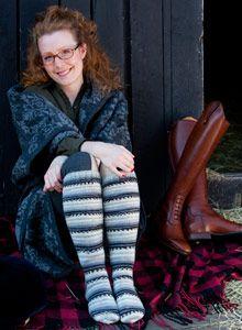 Katariina-polvisukat neulotaan villa-polyamidilangasta. Näyttävät sukat lämmittävät sukkahousujen päällä ja saavat pilkistää saappaanvarresta.Malli: Teksti
