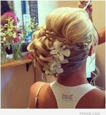 really love the idea of flowers in my hair for my wedding :)
