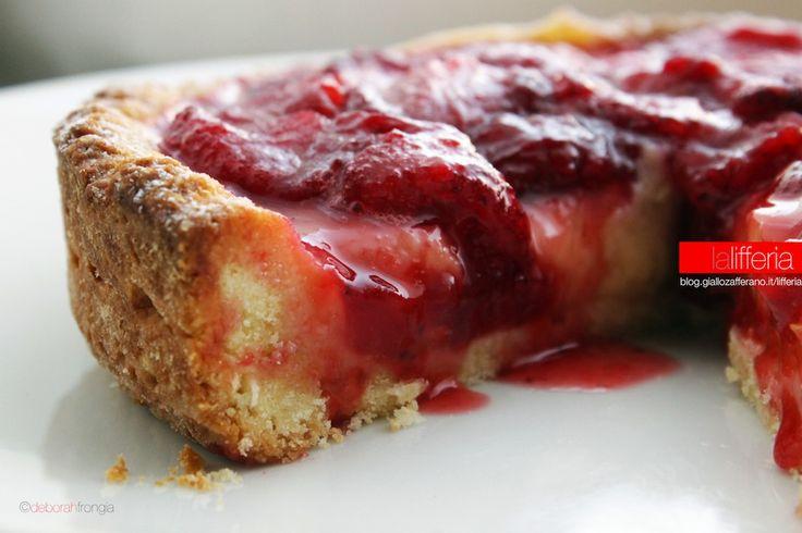 La crostata con salsa di fragole è un dolce classico e goloso, molto semplice, che porta in tavola tutto il colore intenso e vivace della primavera.