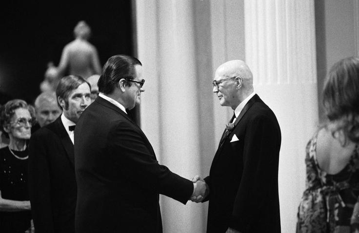 Presidentti Urho Kekkosen 75-vuotisillallisiin vuonna 1975 osallistui myös Sanoma Osakeyhtiön toimitusjohtaja Aatos Erkko. Kuva: Martti Peltonen
