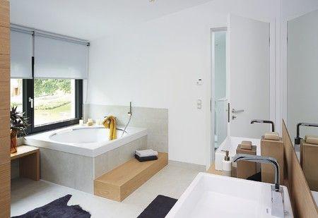 In #Maßanfertigung umgeben die Wellness-Badewanne eine #Trittstufe und eine #Sitzbank aus massivem #Holz. #Badezimmer #bad #weberhaus