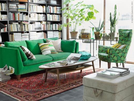En skön läshörna med grön STOCKHOLM soffa i sammet och STOCKHOLM fåtölj.
