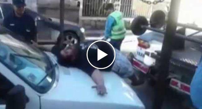 Dramático Homem Finge Ataque De Pânico Para Que Não Lhe Reboquem o Carro