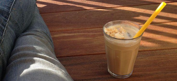 Hvis man er en smule glad for kaffe, så er iskaffe som slik. I al beskedenhed, så laver jeg faktisk Nørrebros bedste altan-iskaffe - og du må gerne få opskr