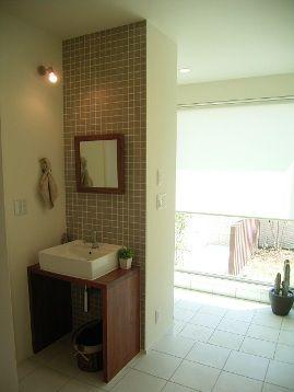玄関ホールの一角には、こんな感じでセカンド洗面台があります。   洗面台のお隣、白い建具はトイレです。  この洗面台、そもそも作るかどうか、かな...
