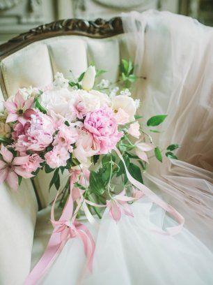 Розовый букет невесты и фата