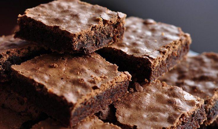 Ποιος δεν λατρεύει τα brownies; Μαλακά, με τραγανή επιφάνεια και από μέσα υγρά. Ένα φανταστικό σοκολατένιο γλυκό για όλη την οικογένεια.