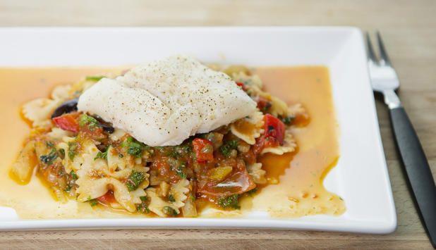 Bakt torsk med en fyldig tomatisert pastasaus er både enkelt og smakfult. Det kan Tomas Nilsen, bedre kjent som Lovundkokken garantere.