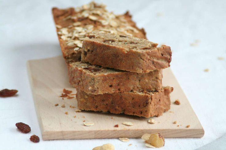 Gezond havermoutbrood met hazelnoten en rozijnen zonder te kneden. Alle ingrediënten in een kom, mixen, storten in een cake blik en garen in de oven.