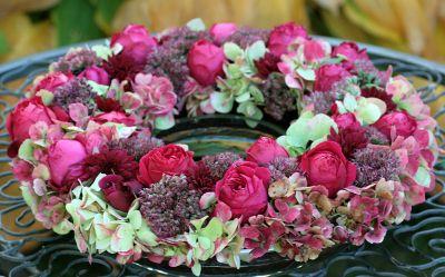 """Gesteckt auf Steckschaum nach einem Streifzug durch meinen herbstlichen Garten: Hortensien, Fetthenne, Chrysantheme, Rose """"Red Eden"""""""