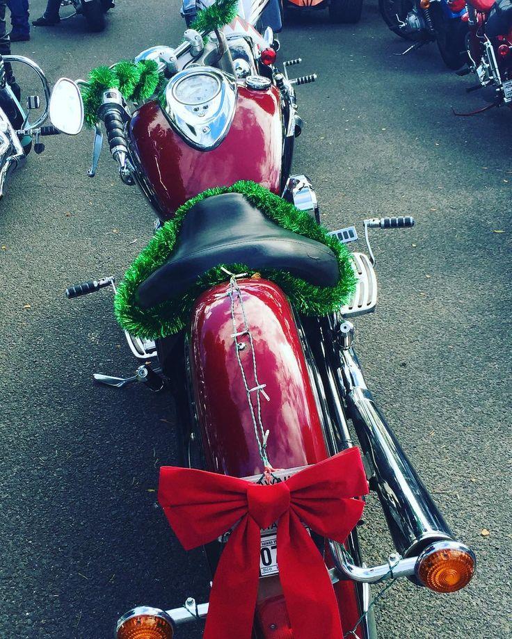 Wie sieht es mit eurer Weihmachtsdeko aus? Bereits alles dekoriert?  Gesehen in Amerika. Jetzt noch bei unserem Weihnachtsgewinnspiel teilnehmen. Erklärung im Link in unserer Instagram Biografie. . . . . ______ #AMSELeV #Weihnachten #Gewinnspiel #Motorrad #Amerika #Deko #Dekoration #AMSEL