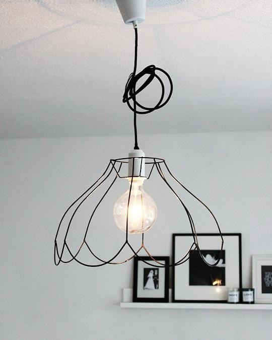 Losse snoerlamp te verkrijgen bij onder andere hema en ikea. Oude lampenkap-frame erover en je hebt een low budget design lamp!
