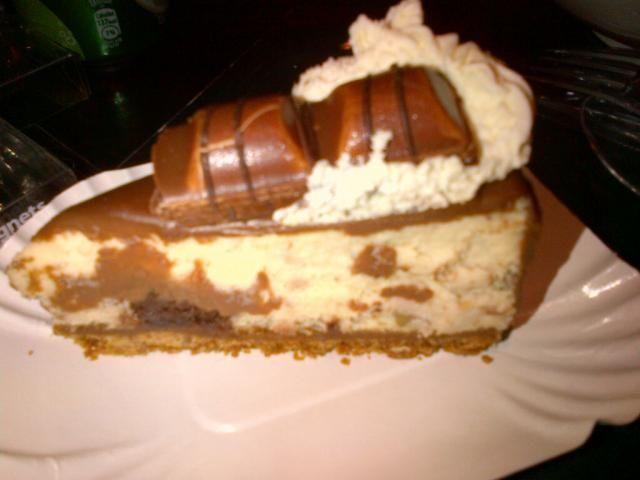 """Μια συνταγή για ένα εύκολο cheesecake """"Kinder Bueno"""" που θα λατρέψουν τα μικρά παιδιά και θα ενθουσιάσει τα … μεγάλα παιδιά με την εμφάνι..."""