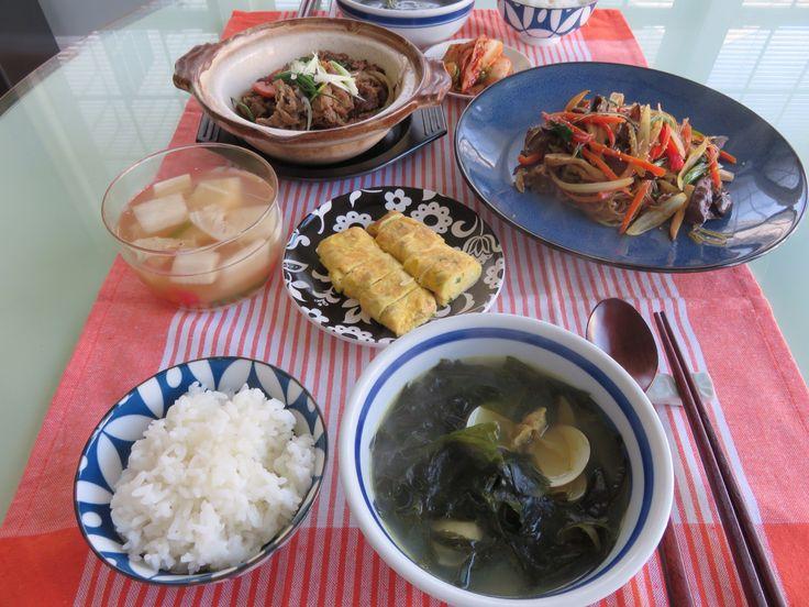 Korean Birthday breakfast- Seaweed soup, Japchae, Bulgogi, egg roll, kimchi and white rice. 집밥백선생 덕분에 잡채가 훨 수월해 졌고 불고기도 휘리익 얼은고기 녹여서만들고 계란을 워낙 좋아하니 계란말이도 추가.