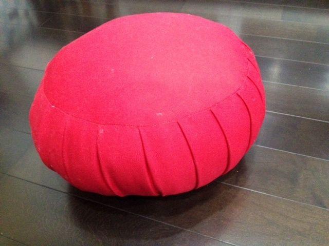 ヨガスタジオや、座禅の出来るお寺などで瞑想(メディテーション)を行う時に、座布団と一緒に使う丸いクッション『座蒲(ざふ)』、今回作ってみることにしました。 作…