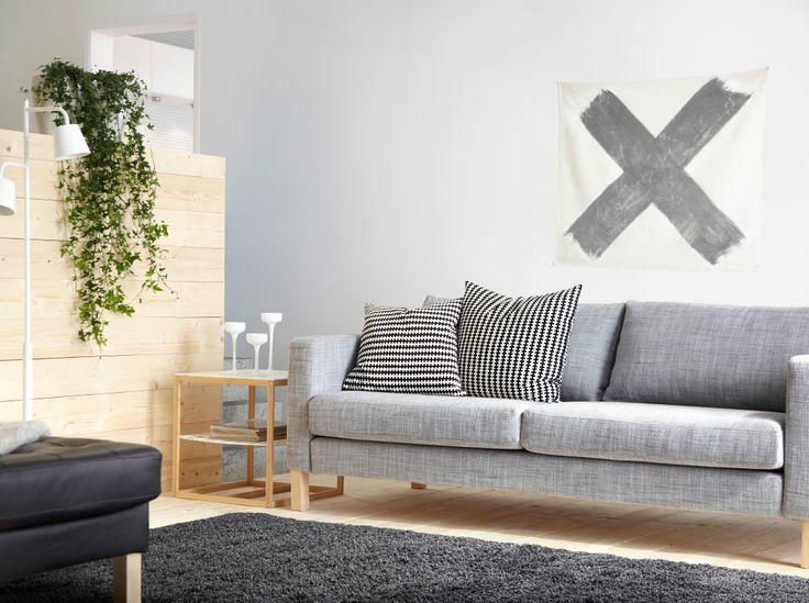 Sofá de três lugares KARLSTAD com capa cinzenta Isunda e mesa de apoio IKEA PS 2012 em branco/bambu