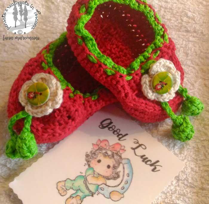 Scarpina della fortuna con nappine, per neonato https://iliveintuscanyistantidiluciamarconcini.com/2017/04/10/scarpina-della-fortuna-con-nappine-per-neonato/ #crochet #uncinetto #acquerello