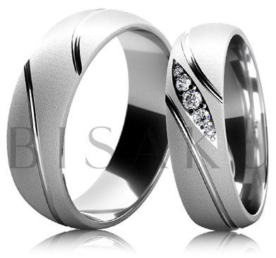 BD6-11 Snubní prsteny z bílého zlata v saténově matném provedení s lesklými drážkami, které vedou po celém obvodě prstenů. Dámský prsten je zdoben kameny o různém průměru, které jsou zasazeny do tvaru kapky. #bisaku #wedding #rings #engagement #svatba #snubni #prsteny #design
