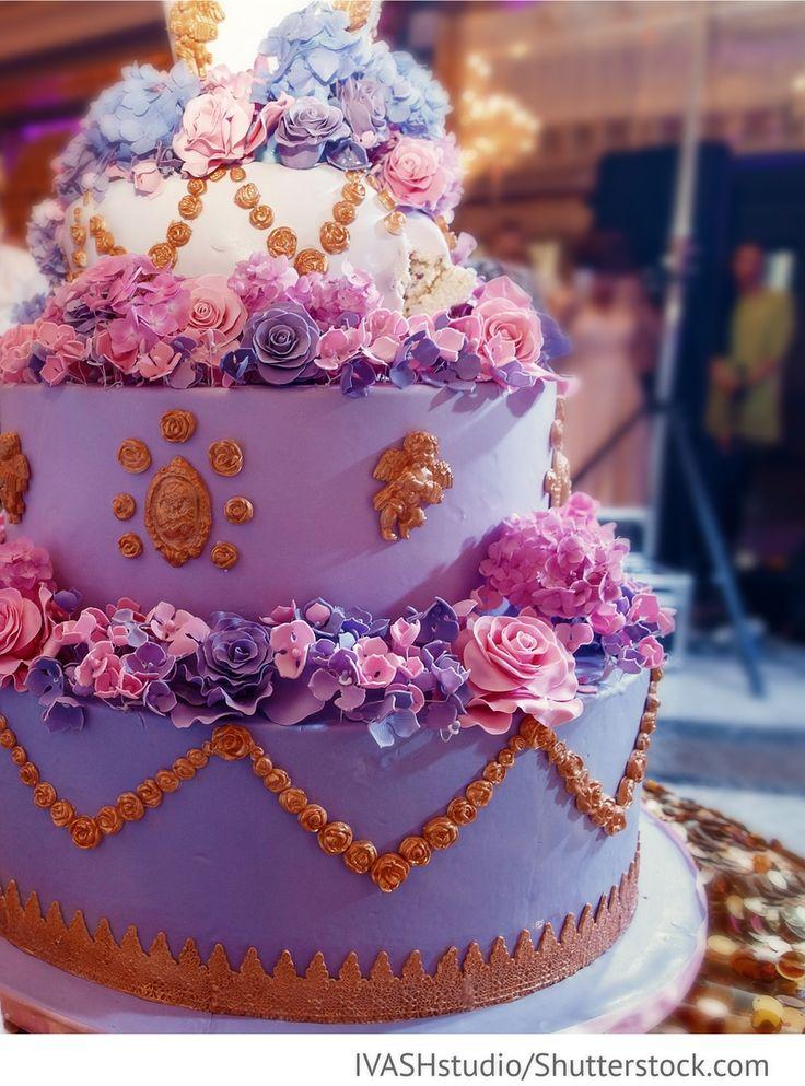 Torte in lila rosa mit Rosen vier Etagen für russische Hochzeiten