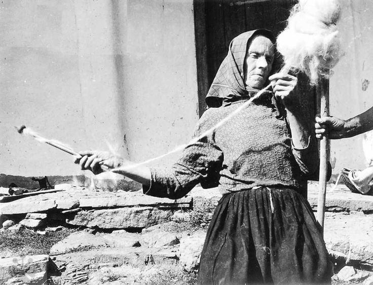 Drugan waves on the spindle.  Ladomirová (Svidnik district), 1963. Archive texts Institute of Ethnology SAS in Bratislava.  Photo E. Markova.