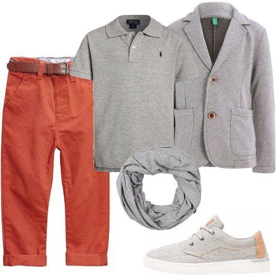 Pantaloni in denim colorato con cintura abbinata, polo grigia classica con logo ricamato, giacca con bottoni e tasche frontali, scarpa stringata con suola in gomma, sciarpa in cotone ad anello.